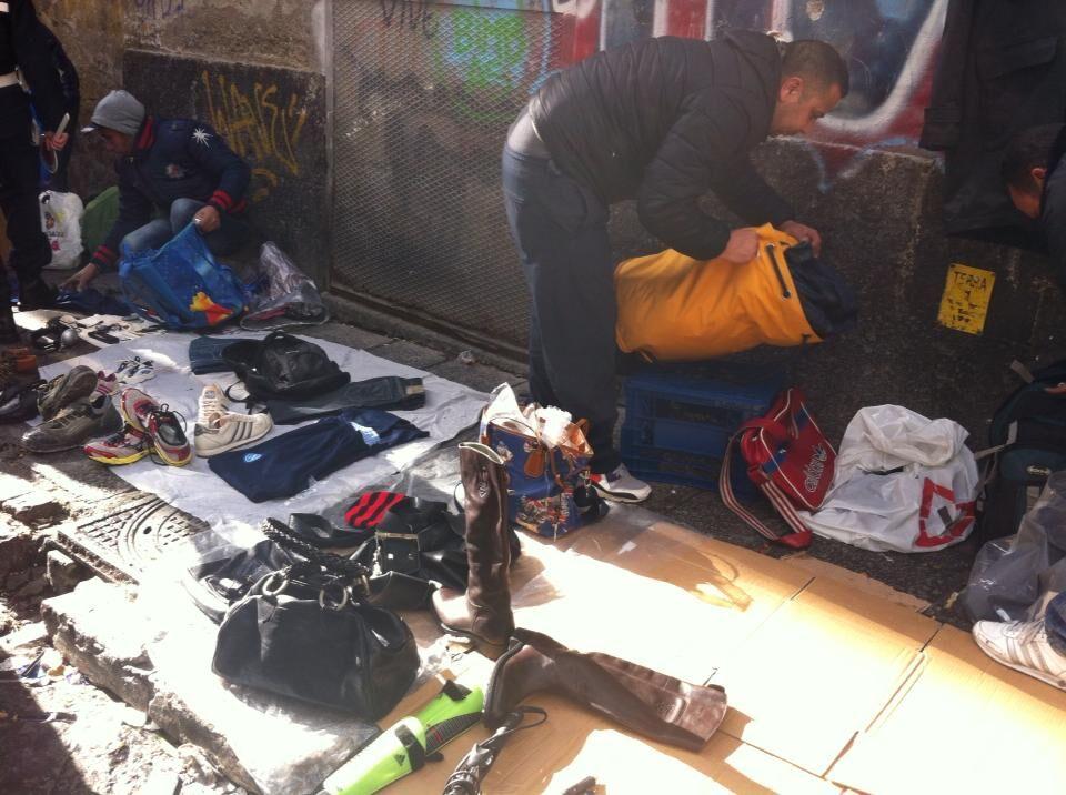 """Il mercatino dell'illegalità vicino piazza Garibaldi: """"Aggrediti durante lo sgombero"""". Video"""