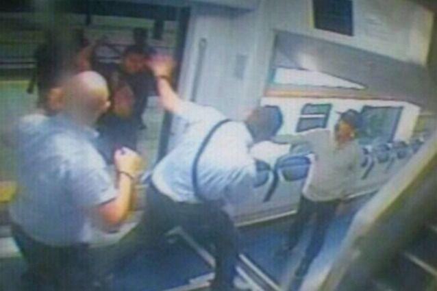 Il vigilante lo denuncia e lui si vendica picchiandolo: l'uomo sviene e batte la testa