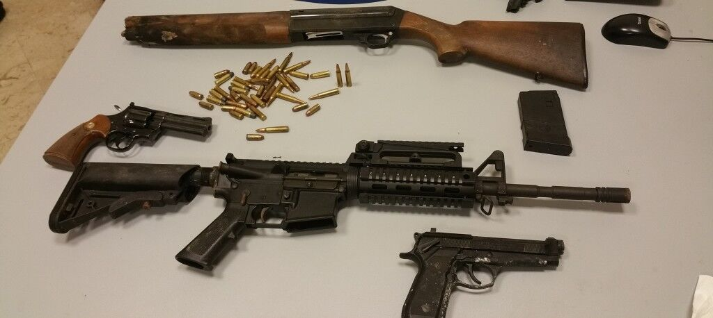 Armi nascoste tra cespugli e rifiuti lungo la circumvallazione, maxi operazione dei carabinieri