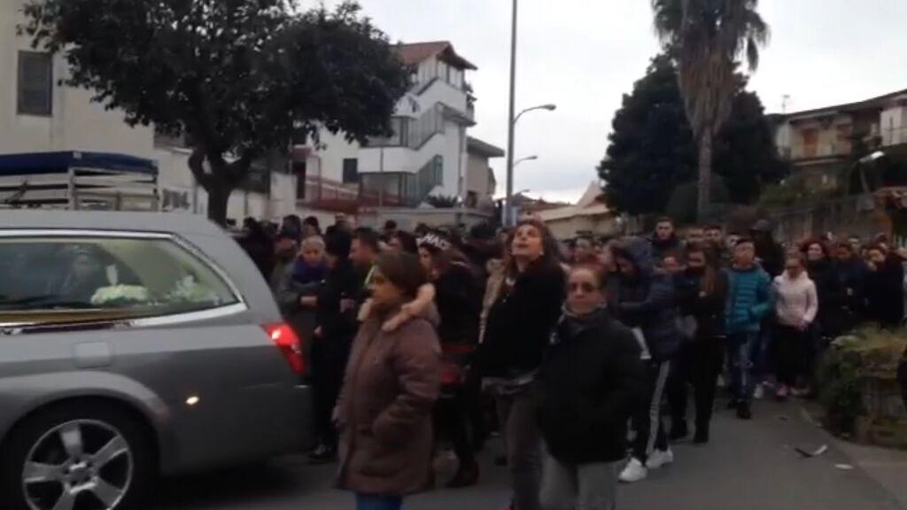 Coniugi investiti sulla rotonda di Maradona, la donna è in gravi condizioni