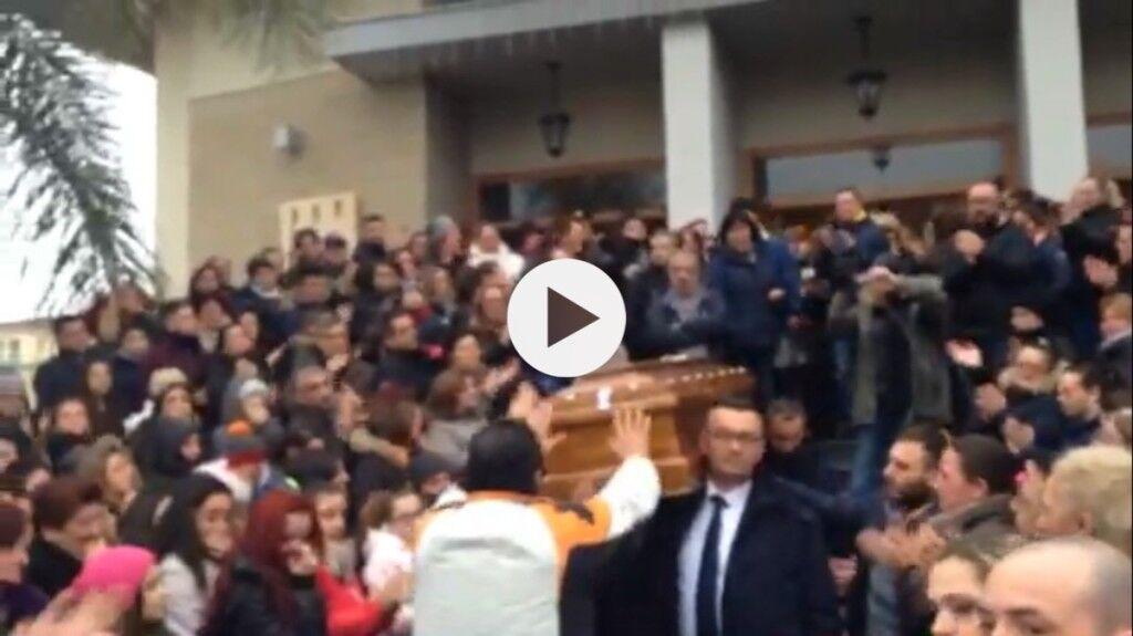 Mugnano si stringe intorno a Gabriela. Tantissima gente ai funerali della ragazza morta per un aborto