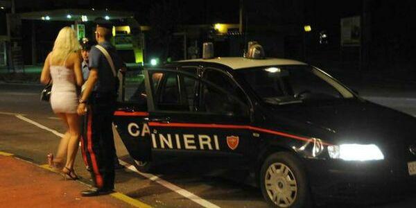 Le impediscono di andare in bagno e chiamano i carabinieri: prostituta gli sputa contro e viene arrestata