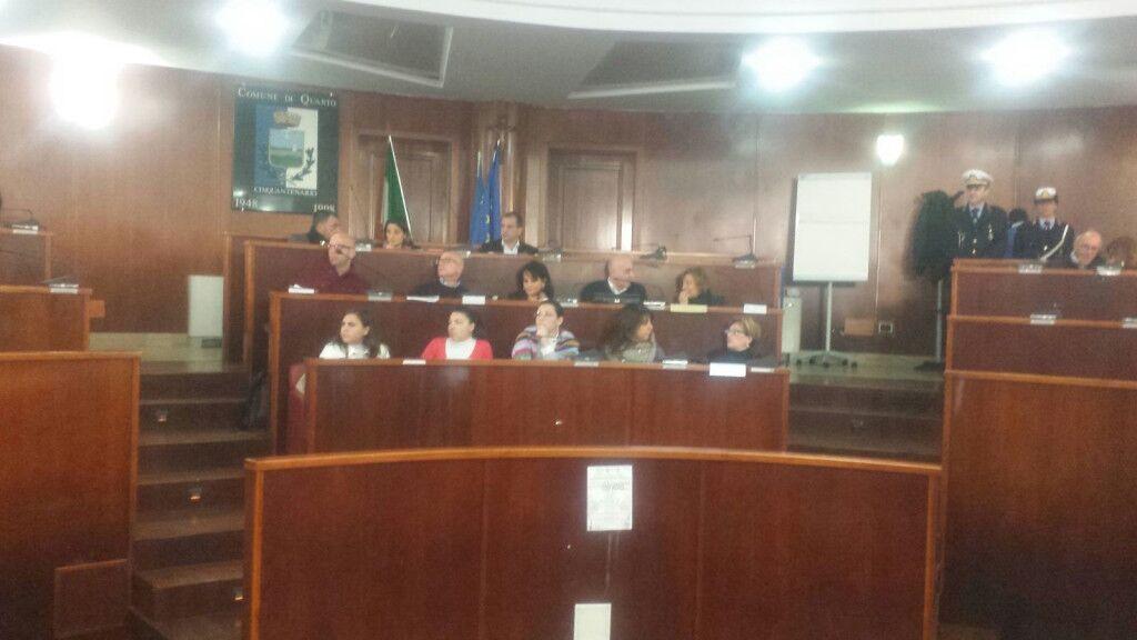 Quarto: dentro il consiglio comunale, fuori 200 Pd in protesta