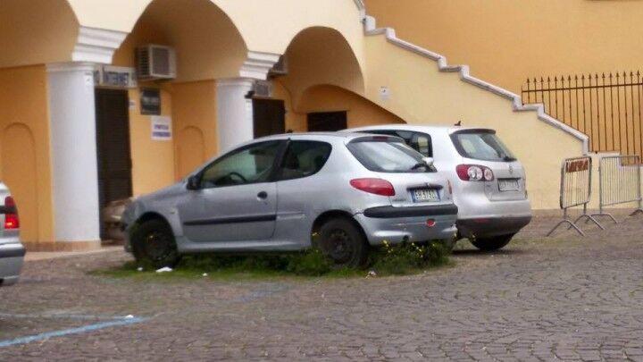 Quella Peugeot era parcheggiata da mesi nel piazzale della Pro Loco. Rimossa dalla municipale