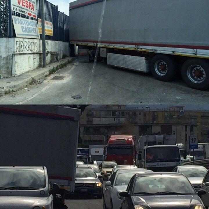 Traffico impazzito allo svincolo di Casoria, il motivo è pazzesco