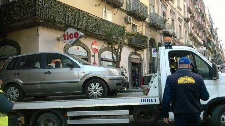 Allarme bomba, auto sospetta a San Gregorio Armeno: intervengono artificieri