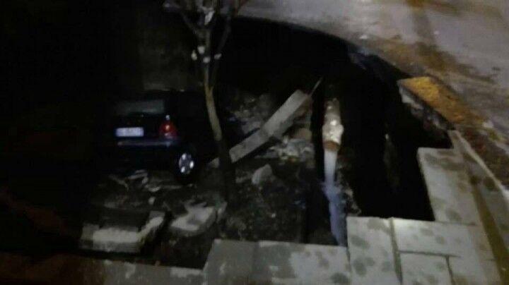 Provincia di Napoli, si apre una voragine ed inghiotte un'auto