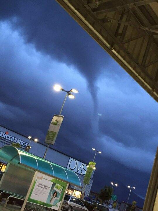 Tromba d'aria sulla costa, ecco lo spettacolare video del tornado in acqua