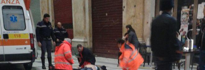Shock alla Galleria Umberto: un uomo si accascia e muore davanti a moglie e figlia