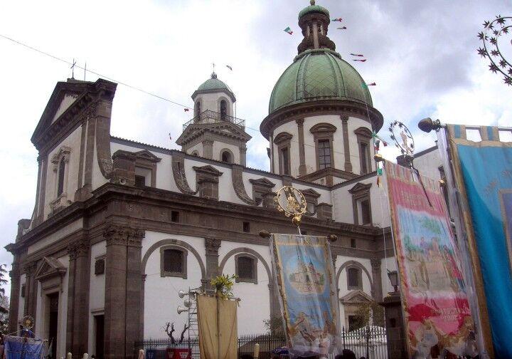 Folla al Santuario della Madonna dell'Arco. Fedeli dalle 3 del mattino, in attesa dei fujénti