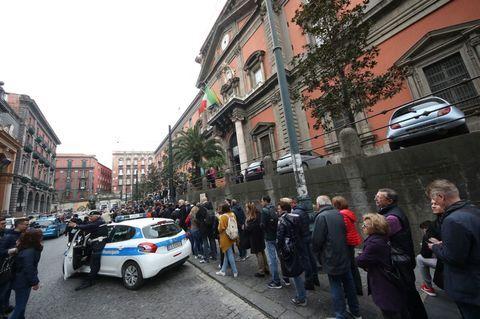 Napoli, file chilometriche per i musei: città invasa dai turisti