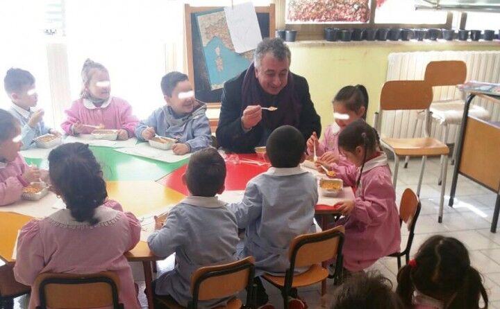 Qualiano, il sindaco pranza coi bimbi della scuola materna