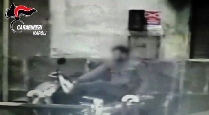 Spezzano lo sterzo del motorino con la forza delle gambe e lo rubano: incastrati dalle immagini di videosorveglianza