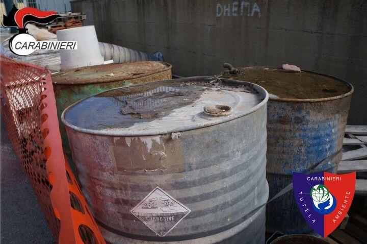 Trovati fusti tossici pieni di sostanze corrosive: sequestrata un'azienda
