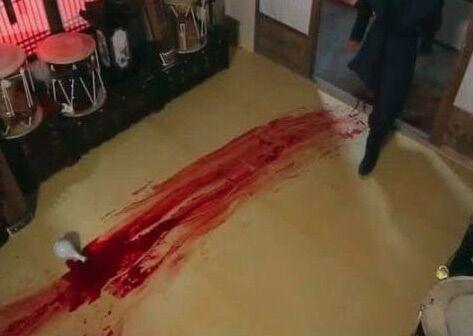 Accoltella la compagna e lo trovano a pulire il sangue