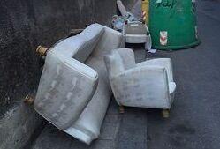 Mugnano, abbandonano divani per strade: incastrati dalle telecamere del comune