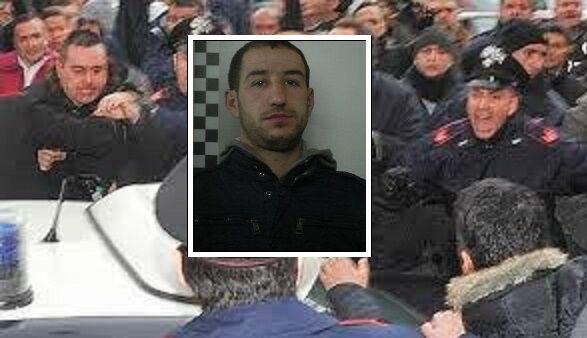 Assurdo a Napoli, la folla tenta di proteggere un rapinatore