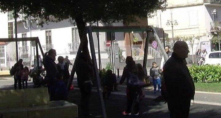 Giugliano, danneggiati i giochi di piazza Gramsci: la rabbia dei residenti