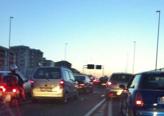 Incidente sull'asse mediano: impatto tra pullman e auto