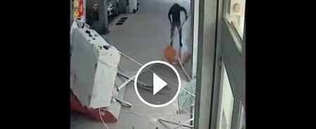 Sfondano il bancomat e se lo portano via, il video fa il giro del web