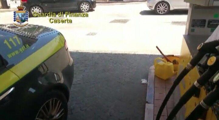 Distributore di carburante fuorilegge, maxisequestro da 90mila euro nel casertano