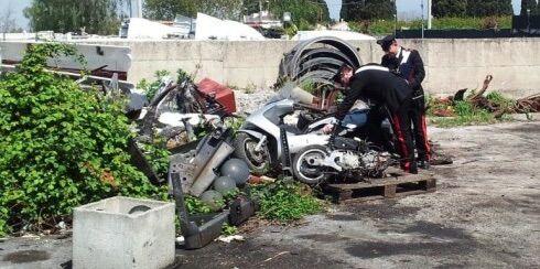Trasforma il suo terreno in discarica: carabinieri trovano eternit, pneumatici e plastica in un fondo agricolo