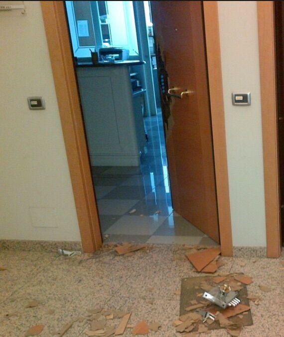 Follia in provincia, ubriaco sfonda la porta d'ingresso di un'amica e le distrugge casa