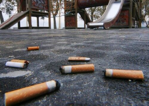Fratta, giro di vite per i fumatori. Multe per chi butta le cicche a terra