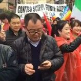 """Napoli, cinesi sfilano per le strade della città al grido di """"Vogliano sicurezza"""""""