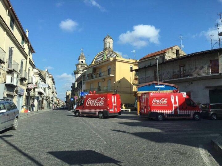 Camion della Coca-Cola a Giugliano. Distribuite lattine e gadget