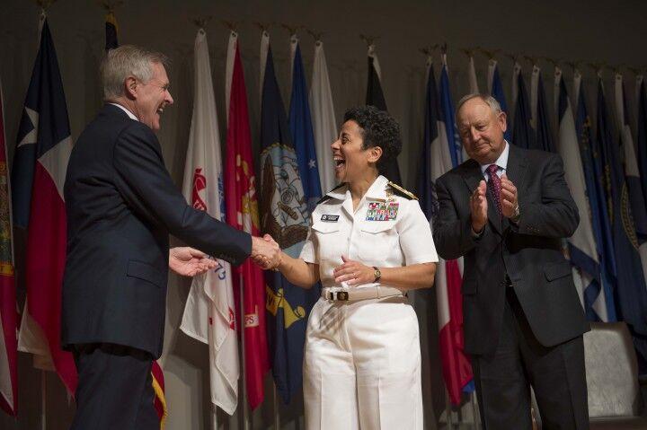 La prima donna ammiraglio potrebbe comandare la base NATO a Lago Patria
