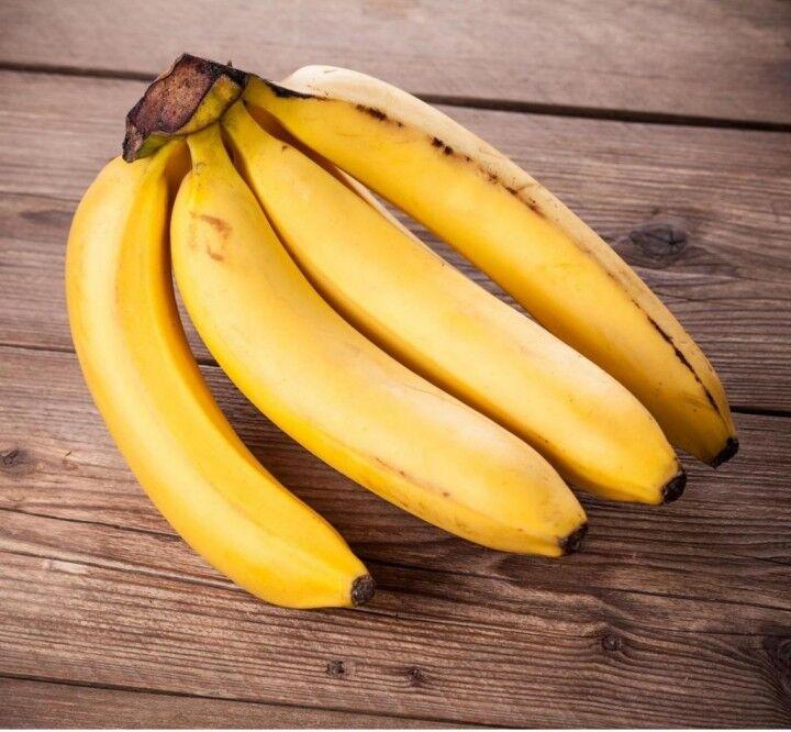 La molesta e le lancia contro un casco di banane