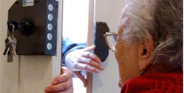 Si fingono postine per truffare un'anziana, in manette due 40enni