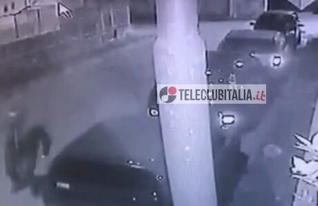 Tenta di rubare un'auto ma i residenti lo mettono in fuga. Guarda il video