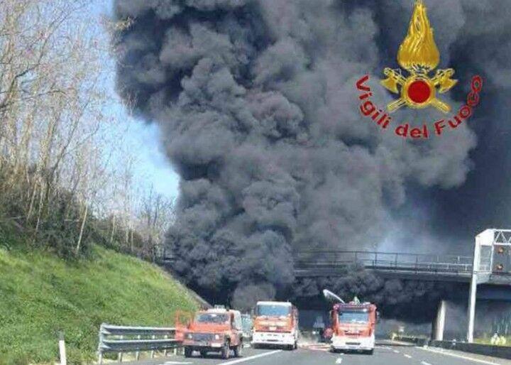 Terribile incendio sulla A1, l'autostrada resterà chiusa per abbattere cavalcavia