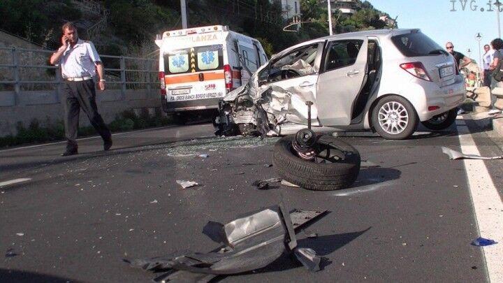 Terribile impatto contro il guardrail: muore 27enne. I carabinieri cercano il conducente che è fuggito