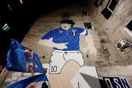 Fanno la colletta nel quartiere per rinnovare il murales di Maradona