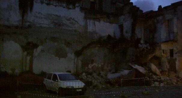"""Paura a Melito, crolla un palazzo in centro. I vicini: """"Pensavamo fosse il terremoto"""""""