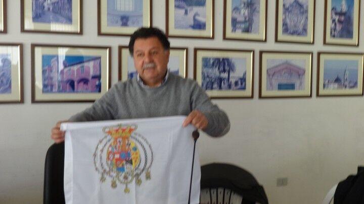 Calvizzano. Consigliere comunale espone in aula la bandiera delle Due Sicilie in segno di solidarietà con il sindaco di Pimonte