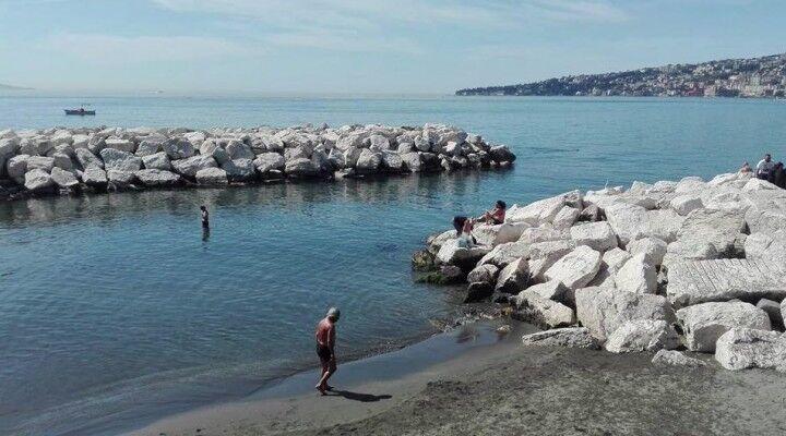 A Napoli è estate, chi prende il sole e chi fa già il bagno
