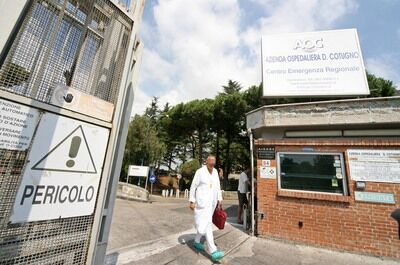 Assurdo a Napoli: accende una sigaretta mentre inala ossigeno, paziente muore in ospedale