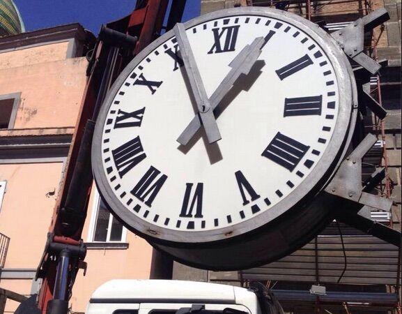 Giugliano, l'orologio di Santa Sofia smontato per essere riparato