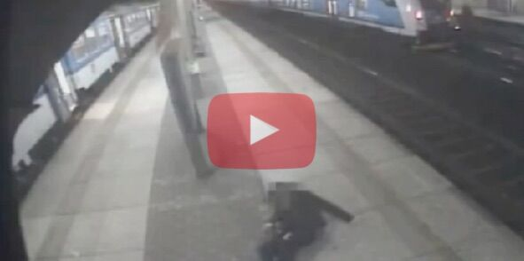 Attraversano i binari mentre passa il treno, quello che accade è incredibile