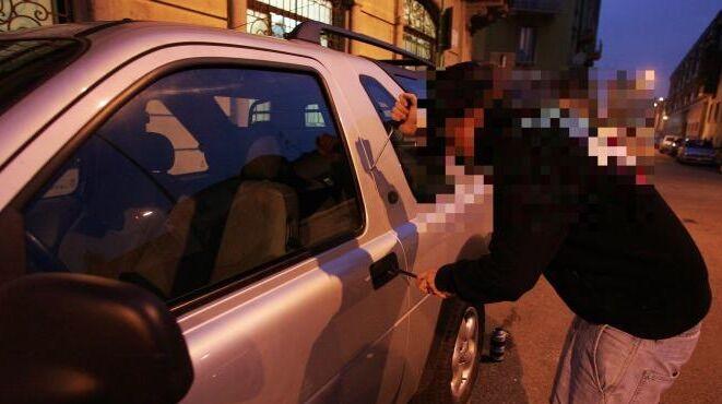 Assurdo a Varcaturo: rubano un'auto con una bimba a bordo