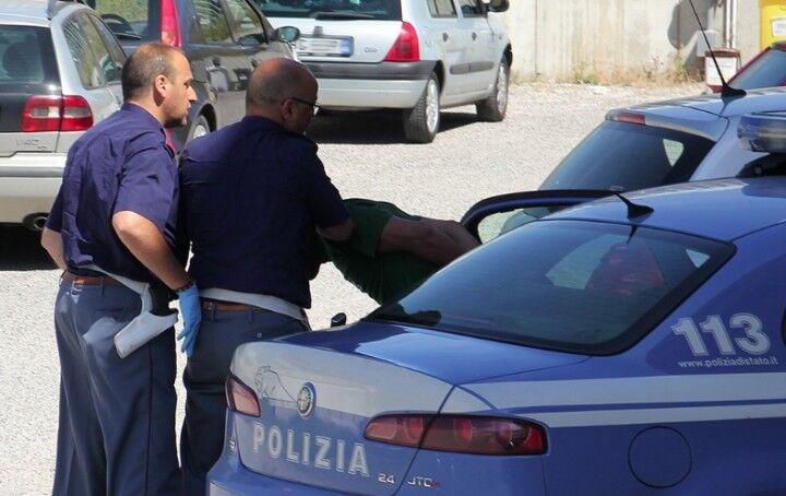 Rapinano uno smartphone e 8 euro a due minorenni, acciuffati dalla Polizia dopo una fuga