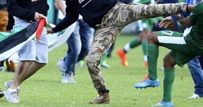 Rissa in campo durante una partita di calcio: insulti razzisti, spranghe e calci in faccia