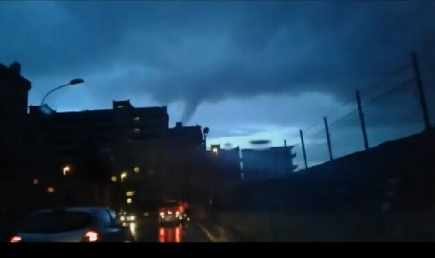 Tornado sulla costa, panico tra gli automobilisti