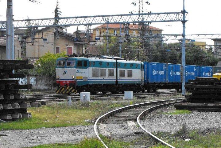 Tragedia a Napoli, muore un ragazzo investito da un treno
