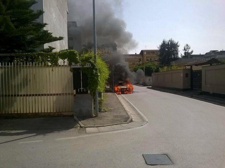 Paura a Giugliano, auto in fiamme in via Santa Caterina. Arrivano i pompieri