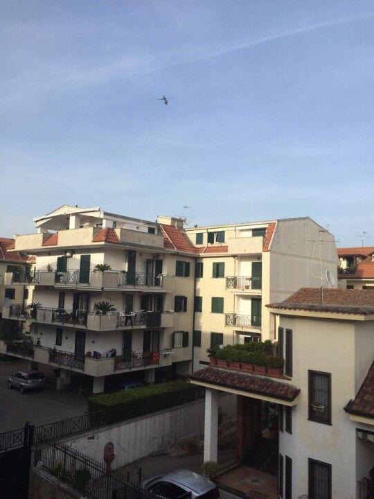 Giugliano, operazione dei carabinieri in corso. Elicottero sorvola la città